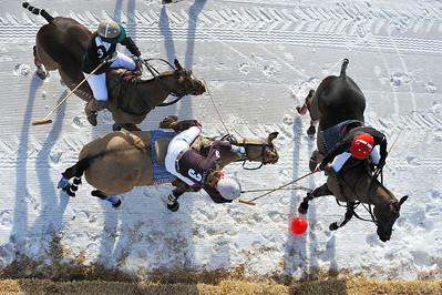"""Polo Masters de Megève 2010 POLO SUR NEIGE MATCH EQUIPES FÉMININES """"JOHN TAYLOR LADY'S CUP""""  EQUIPES  LE FER À CHEVAL (PRUNE) / PI ELECTRONIQUE (NOIR)  COMPOSITION ÉQUIPES : LE FER À CHEVAL :  N°1> CLAUDIA SORBAC N°2> PHILIPPINE EMPAIN N°3> VIRGINIA GERARD  PI ELECTRONIQUE: N°1> EMMANUELLE MORANDI N°2> RACHEL HUGUE N°3> CLAIRE PEYNE  Match de jour - Finales femmes. © Christophe BRICOT"""