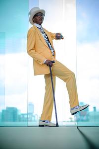 """Paris, Quartier d'affaires de la Défense, prise de vues spécial SAPE (Société des Ambianceurs et Personnes Élégantes) monsieur Norbert NGuimbi  dit """"Majesté""""(à gauche) - Photo Christophe Bricot."""