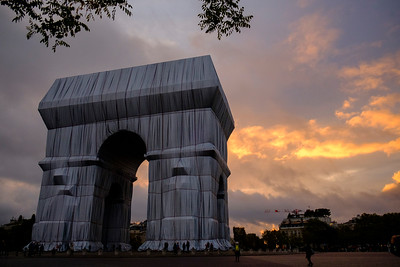 """The Arc de triomphe wrapped by Christo and Jeanne-Claude - 36 years after the Pont-Neuf, the Arc de Triomphe, one of the most emblematic monuments of Paris, has been """"packed"""" since September 18 according to the artistic project of Christo and Jeanne-Claude - The meeting of contemporary art and heritage will have given birth to a popular event - The packed Arc de Triomphe, the last work of the artist couple Christo and Jeanne-Claude, was seen by more than 820,000 spectators in almost two weeks according to information gathered by France Inter - And this only """"within the perimeter where we can count the arriving public"""", specifies Laure Martin, president of the project. """"In reality with the public staying on the sidewalks around, I think we are over a million visitors"""" -"""