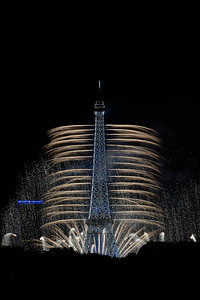 France, Paris : Fireworks light the skies above the Eiffel Tower in the French capital Paris during the  the annual Bastille Day in July 14th , 2016, in Paris, France - Photo Christophe Bricot