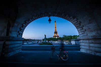 photo by night , Bridge of Bir-Hakeim and Eiffel Tower
