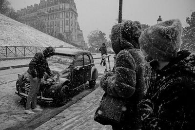 France, Paris : snow in Paris. Balade at the Sacré Cœur, Eiffel Tower - Photo Christophe Bricot.