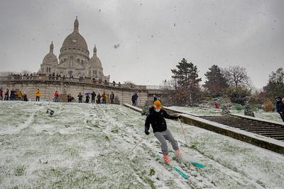 France, Paris : snow in Paris.<br /> Balade at the Sacré Cœur, Eiffel Tower - Photo Christophe Bricot.
