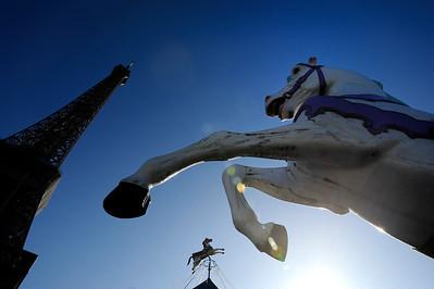 SUJET : LE CHEVAL À PARIS CHEVAUX DE BOIS - MANÈGE AU PIED DE LA TOUR EIFFEL Paris, le cheval. Thème le chaval dans Paris, à Paris, actuellement ou anciennement. Sujet magazine sur le passé, le présent et le futur autour du thème cheval à Paris. © Christophe BRICOT