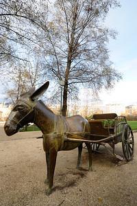 STATUE ÉQUESTRES : ÂNE PARC GEORGES BRASSENS - PARIS 15E Le cheval à Paris Reportage photo sur le thème du cheval à et dans Paris.Où monter à cheval à Paris, les monuments, les statues équestres dans Paris. © Christophe BRICOT