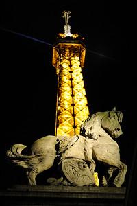 SATUE EQUESTRE : CHEVAL DU GUERRIER ROMAIN AU PIED DE LA TOUR EIFFEL - PONT D' IENA Le cheval à Paris Reportage photo sur le thème du cheval à et dans Paris.Où monter à cheval à Paris, les monuments, les statues équestres dans Paris. © Christophe BRICOT