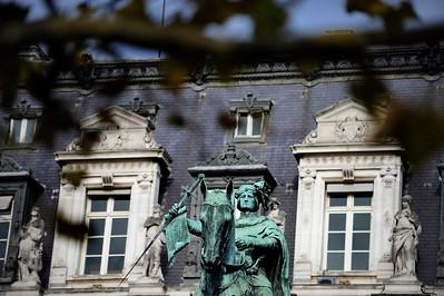 STATUE EQUESTRE DANS PARIS LA STATUE D'ETIENNE MARCEL JUSTE DERRIERE LA MAIRIE DE PARIS SUJET : LE CHEVAL À PARIS Paris, le cheval. Thème le chaval dans Paris, à Paris, actuellement ou anciennement. Sujet magazine sur le passé, le présent et le futur autour du thème cheval à Paris. © Christophe BRICOT