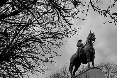 SUJET : LE CHEVAL À PARIS STATUE D'ALBERT 1ER - COURS DE LA REINE - 8E ARR. DE PARIS Paris, le cheval. Thème le cheval dans Paris, à Paris, actuellement ou anciennement. Sujet magazine sur le passé, le présent et le futur autour du thème cheval à Paris. © Christophe BRICOT