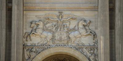 STATUE EQUESTRE DANS PARIS LA GLOIRE DISTRIBUANT DES COURONNES ET PARCOURANT UN CHAMP COUVERT DE TROPHÉES PALAIS DU LOUVRE BAS RELIEF, SCULPTURE SUJET : LE CHEVAL À PARIS Paris, le cheval. Thème le chaval dans Paris, à Paris, actuellement ou anciennement. Sujet magazine sur le passé, le présent et le futur autour du thème cheval à Paris. © Christophe BRICOT