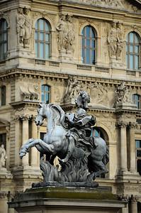 SUJET : LE CHEVAL À PARIS STATUE DE LOUIS XIV - MUSEE DU LOUVRE JUSTE DEVANT LA GRAND PYRAMIDE. Paris, le cheval. Thème le cheval dans Paris, à Paris, actuellement ou anciennement. Sujet magazine sur le passé, le présent et le futur autour du thème cheval à Paris. © Christophe BRICOT