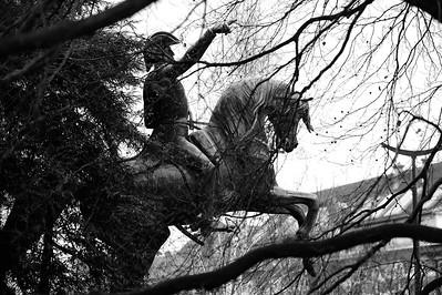 STATUE EQUESTRE :  JOSE DE SAN MARTIN, GÉNÉRAL ARGENTIN - RÉPLIQUE DE L'ŒUVRE DE LOUIS-JOSEPH DAUMAS À SANTIAGO DU CHILI - PARC MONTSOURIS (PARIS 14E) FACE À LA CITÉ UNIVERSITAIRE. Le cheval à Paris Reportage photo sur le thème du cheval à et dans Paris.Où monter à cheval à Paris, les monuments, les statues équestres dans Paris. © Christophe BRICOT