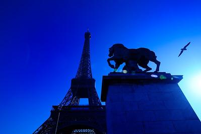 SUJET : LE CHEVAL À PARIS Pont de Iena - Pied de la tour Eiffel Paris, le cheval. Thème le chaval dans Paris, à Paris, actuellement ou anciennement. Sujet magazine sur le passé, le présent et le futur autour du thème cheval à Paris. © Christophe BRICOT