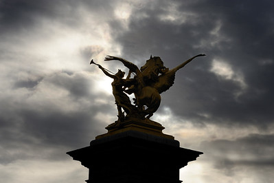 SUJET : LE CHEVAL À PARIS LES STATUES EQUESTRES DU PONT ALEXANDRE III LA RENOMMEE ET PEGAZE Paris, le cheval. Thème le cheval dans Paris, à Paris, actuellement ou anciennement. Sujet magazine sur le passé, le présent et le futur autour du thème cheval à Paris. © Christophe BRICOT