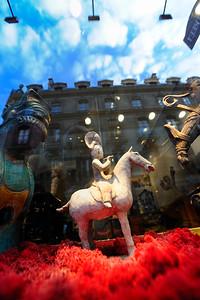 STATUE EQUESTRE D'ORIGINE CHINOISE - GALERIE D'ART  SUJET : LE CHEVAL À PARIS Paris, le cheval. Thème le chaval dans Paris, à Paris, actuellement ou anciennement. Sujet magazine sur le passé, le présent et le futur autour du thème cheval à Paris. © Christophe BRICOT