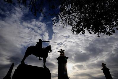 SUJET : LE CHEVAL À PARIS STATUE DE SIMON BOLIVAR PRÈS DU PETIT PALAIS - COURS DE LA REINE AVEC EN ARRIERE-PLAN LES STATUES EQUESTRES DU PONT ALEXANDRE III Paris, le cheval. Thème le cheval dans Paris, à Paris, actuellement ou anciennement. Sujet magazine sur le passé, le présent et le futur autour du thème cheval à Paris. © Christophe BRICOT