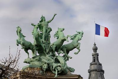 SUJET : LE CHEVAL À PARIS LES STATUES ET BRONZES DE L'HARMONIE TRIOMPHANT DE LA DISCORDE ET DE L'IMMORTALITÉ DEVANçANT LE TEMPS - TOIT DU GRAND PALAIS (8E) Paris, le cheval. Thème le cheval dans Paris, à Paris, actuellement ou anciennement. Sujet magazine sur le passé, le présent et le futur autour du thème cheval à Paris. © Christophe BRICOT