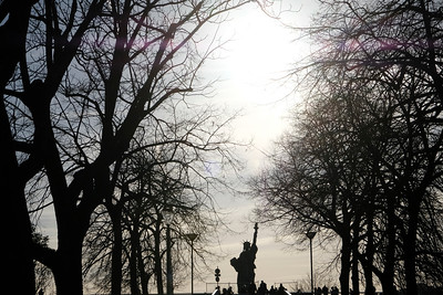 Paris, France : IIllustration, liberty statue , Eiffel Tower, winter in Paris, on February 10, 2018, in Paris, France - Photo Christophe Bricot
