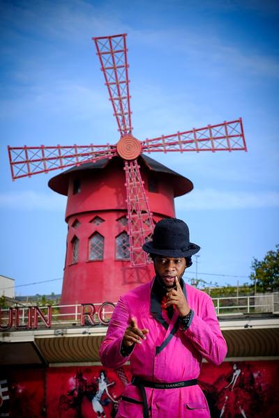 France, Paris : séance photo special SAPE, société des ambianceurs et des personnes élégantes, avec Trésor NGando Papa Yohji - photo réalisée sur la butte Montmartre autour du Sacré Cœur -  Photo Christophe Bricot.