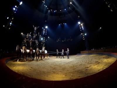 France, Bois de Boulogne : Silvia , nouveau spectacle au Cirque National Alexis Gruss - 40eme création - hommage à Silvia Monfort  - LES PYRAMIDES AVEC FIRMIN, ALEXANDRE ET CHARLES GRUSS, TONY FLOREES, FRANCESCO FRATELLINI, CELIA MILESKI, OLGA MIDROUILLET, FABIEN THEVENOT ET NICOLAS SAMSOËN AVEC LES CHEVAUX PARADIS, SULKY, GEBOL, EROS ET LISY - Photo Christophe Bricot