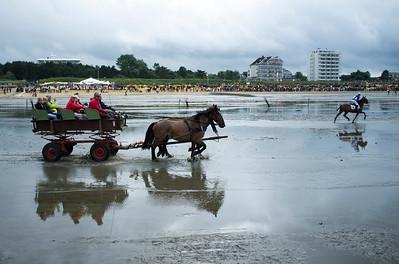 COURSES :  ILLUSTRATION ATTELAGE SUR LA PLAGE - COURSES SUR LA PLAGE DE CUXHANEN/DUHNER - 18/08/13 - PHOTO CHRISTOPHE BRICOT -  DUHNEN Mudflat Courses à Cuxhaven Le parc national de la mer des Wadden de Hambourg n'est pas seulement un site du patrimoine mondial de l'UNESCO, mais il est aussi le lieu pour ce qui doit sûrement être l'une des courses de chevaux les plus étranges du monde: les Duhnen Mudflat Courses près de Cuxhaven. Dans le contexte dramatique de l'estuaire de l'Elbe, une voie de navigation internationale, les chevaux et leurs jockeys participer à des courses à travers les vasières détenus à marée basse. Les visiteurs peuvent observer ce spectacle remarquable se dérouler à partir de la digue à proximité.