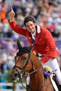 EQUITATION -  Steve GUERDAT sur NINO DES BUISSONNETS remporte la médaille d'Or - Champions olympiques/ Steve Guerdat riding Nino des Buissonets wins Gold Olympic Medal in London FINALE INDIVIDUELLE JUMPING - JEUX OLYMPIQUES DE LONDRES 2012 - OLYMPICS GAMES IN LONDON -  PHOTO : © CHRISTOPHE BRICOT