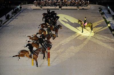 """LE CADRE NOIR ET LA LÉGION ÉTRANGÈRE EN ACTION LORS DU SPECTACLE """"CADRE NOIR ET KÉPI BLANC"""" DANS LA COUR D'HONNEUR DES INVALIDES - GALA DU CADRE NOIR ACCOMPAGNÉ PAR LA MUSIQUE DE LA LÉGION ÉTRANGÈRE - 8 MAI 2010 - PARIS  - DIGITAL IMAGE - © CHRISTOPHE BRICOT"""