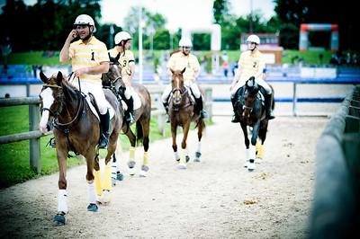 HORSEBALL : ILLUSTRATION GENERALE, CAVALIERS RENTRANT AU PADDOCK, TELEPHONE, CASQUE, JOUEURS DE HORSE BALL - CHAMPIONNATS DE FRANCE HORSE BALL 2013 - HARAS DE JARDY, MARNE LA COQUETTE, France. (Photo Christophe Bricot)