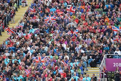EQUITATION - PUBLIC BRITANNIQUE AVEC DRAPEAUX - CONCOURS COMPLET - EPREUVE DU SAUT D'OBSTACLES - JUMPING  - JEUX OLYMPIQUES DE LONDRES 2012 - OLYMPICS GAMES IN LONDON -  PHOTO : © CHRISTOPHE BRICOT