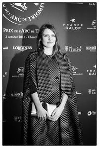 Élodie Frégé, de son vrai nom Élodie Vanda Frégé, chanteuse et actrice pendant le 95e Prix Qatar Arc de Triomphe, le 2 Octobre 2016, à Chantilly, France - Photo Christophe Bricot / Bestimage