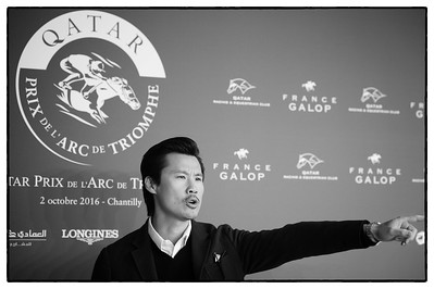 Frédéric Chau, humoriste, pendant le 95e Prix Qatar Arc de Triomphe, le 2 Octobre 2016, à Chantilly, France - Photo Christophe Bricot / Bestimage