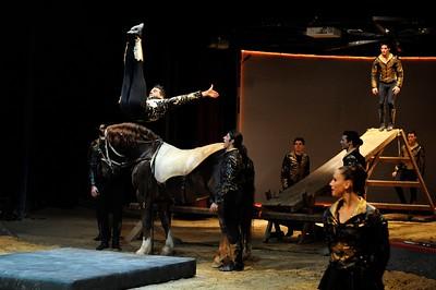 France, Bois de Boulogne : Silvia , nouveau spectacle au Cirque National Alexis Gruss - 40eme création - hommage à Silvia Monfort  - LA GRANDE BATOUDE : SAUTEURS A LA BATOUDE (ARRIERE PLAN) AVEC FIRMIN, ALEXANDRE ET CHARLES GRUSS, TONY FLOREES, FRANCESCO FRATELLINI, CELIA MILESKI, OLGA MIDROUILLET, FABIEN THEVENOT ET NICOLAS SAMSOËN AVEC LES CHEVAUX PARADIS, SULKY, GEBOL, EROS ET LISY - Photo Christophe Bricot