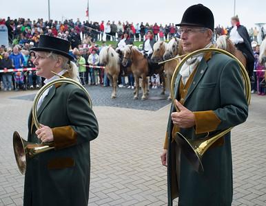 COURSES :  MUSICIEN, CORS DE CHASSE -  COURSES SUR LA PLAGE DE CUXHANEN/DUHNER - 18/08/13 - PHOTO CHRISTOPHE BRICOT -  DUHNEN Mudflat Courses à Cuxhaven Le parc national de la mer des Wadden de Hambourg n'est pas seulement un site du patrimoine mondial de l'UNESCO, mais il est aussi le lieu pour ce qui doit sûrement être l'une des courses de chevaux les plus étranges du monde: les Duhnen Mudflat Courses près de Cuxhaven. Dans le contexte dramatique de l'estuaire de l'Elbe, une voie de navigation internationale, les chevaux et leurs jockeys participer à des courses à travers les vasières détenus à marée basse. Les visiteurs peuvent observer ce spectacle remarquable se dérouler à partir de la digue à proximité.