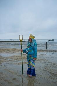 COURSES :  LE ROI NEPTUNE, ARRIVEE EN ATTELAGE -  COURSES SUR LA PLAGE DE CUXHANEN/DUHNER - 18/08/13 - PHOTO CHRISTOPHE BRICOT -  DUHNEN Mudflat Courses à Cuxhaven Le parc national de la mer des Wadden de Hambourg n'est pas seulement un site du patrimoine mondial de l'UNESCO, mais il est aussi le lieu pour ce qui doit sûrement être l'une des courses de chevaux les plus étranges du monde: les Duhnen Mudflat Courses près de Cuxhaven. Dans le contexte dramatique de l'estuaire de l'Elbe, une voie de navigation internationale, les chevaux et leurs jockeys participer à des courses à travers les vasières détenus à marée basse. Les visiteurs peuvent observer ce spectacle remarquable se dérouler à partir de la digue à proximité.