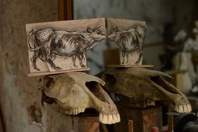 France : Portrait de l'artiste Jean-Louis Sauvat dans son atelier de sculpture et peinture - Reportage - Photo Christophe Bricot