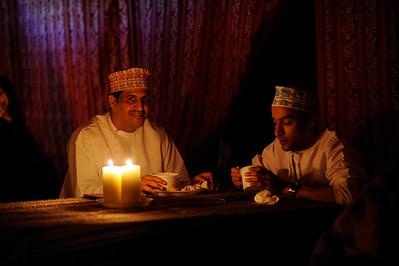 Sultanat d'Oman : Ambiance des tentes, dans lesquelles les cavaliers dineront chaque soir - ici les Omanais accompagnateurs - Gallops of Oman (Galops d'Oman) - Course d'endurance, Raid dans le désert, race in the desert - Photo Christophe Bricot