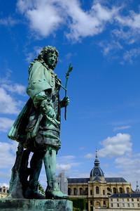 au potager du Roi,  le jardin potager créé en 1683 au château de Versailles (les travaux s'échelonnèrent de 1678 à 1683) pour le roi Louis XIV par Jean-Baptiste de La Quintinie, alors directeur des jardins royaux - Devenu un jardin urbain, il s'étend sur 9 hectares - Le potager du Roi et le parc Balbi font l'objet d'un classement au titre des monuments historiques par arrêté du 15 mars 19261, reportage photo,
