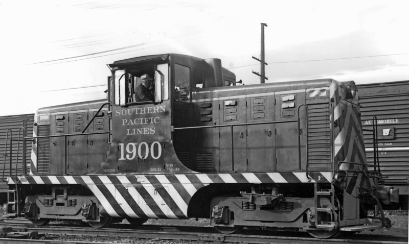1900 Class DES-200, right side, Salem OR, 5/20/46<br /> (Guy L. Dunscomb)