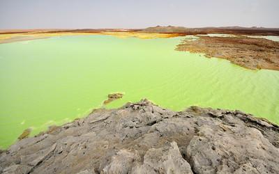 Lac d'eau acide