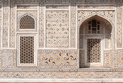 """Détails de murs de façade du mausolée d'Itmad-ud-Daulah, parfois appelé """"petit Taj"""" : c'est le tombeau de Mîrzâ Ghiyâs Beg, beau-père de l'empereur Jahângîr. A sa mort , la femme de l'empereur, sa fille, lui édifia un tombeau qui est une merveille de délicatesse. Sa construction débuta en 1622 pour s'achever en 1628. Son architecture rappelle celle du Taj Mahal. Ce fut le premier monument en Inde construit en marbre de ce type à présenter un travail d'incrustation de mosaïques de style perse ou """"Pietra Dura"""". Le mausolée est plus petit et plus ramassé que le Taj Mahal, mais sa séduction tient justement à cette échelle plus humaine et ses ornements, sur la photo comme """"en vrai"""", sont superbes."""