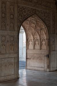 Intérieur d'un palais de marbre blanc : le Khas Mahal ou palais privé de Shah Jahan, dans le fort Rouge d'Agra. Le Khas Mahal est constitué de trois pavillons devancés par un bassin. Le pavillon central, en marbre blanc, est finement décoré, souvent à la feuille d'or.
