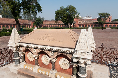 """Tombe d'un """"héro britannique"""" lors de la révolte des Cipayes (""""grande mutinerie"""" 1857-58) dans les jardins du Fort Rouge à Agra."""