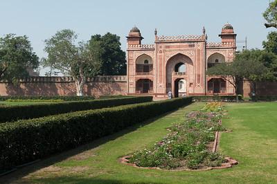 """Entrée principale du mausolée d'Itmad-ud-Daulah, parfois appelé """"petit Taj"""" : c'est le tombeau de Mîrzâ Ghiyâs Beg, beau-père de l'empereur Jahângîr. A sa mort , la femme de l'empereur, sa fille, lui édifia un tombeau qui est une merveille de délicatesse. Sa construction débuta en 1622 pour s'achever en 1628. Son architecture rappelle celle du Taj Mahal Ce fut le premier monument en Inde construit en marbre de ce type à présenter un travail d'incrustation de mosaïques de style perse ou """"Pietra Dura"""". Le mausolée est plus petit et plus ramassé que le Taj Mahal, mais sa séduction tient justement à cette échelle plus humaine et ses ornements sont superbes."""