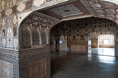 """Salles du Diwan-i-Khas, également appelé Shish Mahal, ce qui signifie littéralement """"palais des glaces"""". C'est un palais aux murs couverts d'une mosaïque de miroirs."""