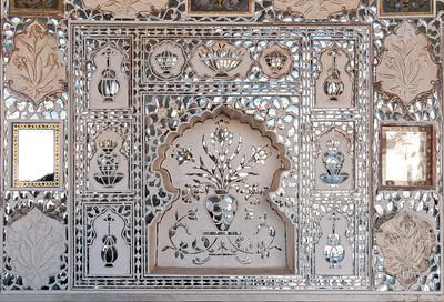 """Détail d'une niche sur un mur du Diwan-i-Khas, également appelé Shish Mahal, ce qui signifie littéralement """"palais des glaces"""". C'est un palais aux murs couverts d'une mosaïque de miroirs."""