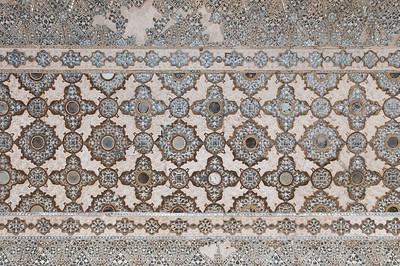 """Détail d'un plafond sculpté tout en dentelle au Fort d'Amber. On le trouve au Diwan-i-Khas, également appelé Shish Mahal, ce qui signifie littéralement """"palais des glaces"""". C'est un palais aux murs couverts d'une mosaïque de miroirs."""