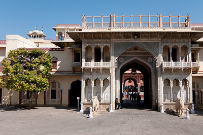 Le Sarhad ki Deorhi, dont l'entrée est une très belle porte de marbre encadrée d'éléphants. A l'arrière, le hall des audiences abrite deux immenses jarres de 345 kg en argent d'une contenance de 9 000 litres. Elles servaient à transporter l'eau du Gange nécessaire aux ablutions du maharaja Madho Singh II lors de son voyage en Angleterre en 1902