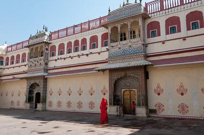 Niwas Chowk Pitam : cour intérieure, qui donne accès au Mahal Chandra (Palais de la Lune). Ici, il ya quatre petites portes (connue sous le nom Ridhi Sidhi Pol) qui sont décorés avec des thèmes représentant les quatre saisons. Les portes sont toutes de la forme de la Porte de Peacock (avec des motifs de paons sur la porte) qui représente l'automne, une autre, la porte de Lotus (à la fleur continuelle et la structure des pétales) évocateurs d'une saison d'été ; la Porte Verte, aussi appelé le Leheriya (ce qui signifie: «vagues») est de couleur verte : suggestive du printemps, et enfin, la porte de Roses avec motif de fleurs répété représentant saison d'hiver.