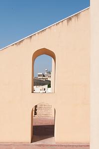 Vue sur les cadrans solaires (le Rashivilaya Yantra ) instruments du Jangar Mantar : observatoire de Sawai Jai singh II grand érudit en astronomie et mathématique qui avait déjà construit des observatoires à Delhi, Mathura et Varanesi (Bénares). Peu satisfait des instruments en cuivre, Jai Singh II, à Jaipur, les construit (entre 1728 et 1734) en marbre et en pierre. Ils seront plus précis, et fournissent des méthodes et des mesures (toujours aussi précises de nos jours) pour étudier les mouvements du soleil, de la lune et des planètes, tout en étant d'une beauté abstraite et futuriste.