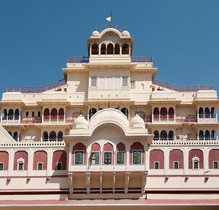 Chandra Mahal ou Chandra Niwas (palais de la lune) est le bâtiment le plus dominant dans le complexe de City Palace, à son extrémité ouest. Il s'agit d'un immeuble de sept étages (chacun portant un nom) qui à l'heure actuelle, est encore la résidence des descendants des anciens dirigeants de Jaipur. Seul le rez de chaussée est autorisé pour le public. On voit également au sommet de Mahal Chandra le drapeau de la famille royale, qui est déployé lorsque le Maharaja est dans le palais.