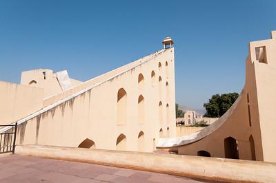 """Détail d'un instrument du Jangar Mantar -une altération du mot sanscrit Yantrasala , signifiant """"Instruments à formule ésotérique""""-: observatoire de Sawai Jai singh II grand érudit en astronomie et mathématique qui avait déjà construit des observatoires à Delhi, Mathura et Varanesi (Bénares). Peu satisfait des instruments en cuivre, Jai Singh II, à Jaipur, les construit (entre 1728 et 1734) en marbre et en pierre. Ils seront plus précis, et fournissent des méthodes et des mesures (toujours aussi précises de nos jours) pour étudier les mouvements du soleil, de la lune et des planètes, tout en étant d'une beauté abstraite et futuriste. Tous ces instruments dont les noms et les fonctions nous dépassent sont en parfait état de conservation. Ici le Brihat Samrat Yantra est un cadran solaire de 27 mètres de haut, qui permet d'obtenir, aux équinoxes, une mesure de l'heure atteignant une précision de 0,5 seconde !"""